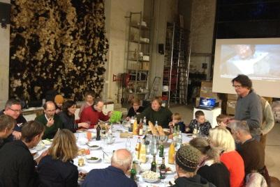Unterstützer des Projektes Südseeinseln beim gemeinsamen Essen