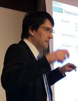 Prof. Dr. Andreas Gerstner beim Vortrag zur Seekrankheit