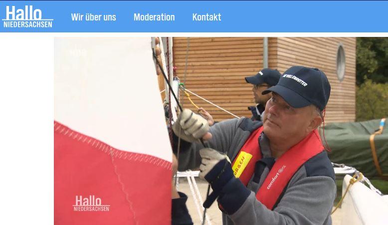 Jürgen beim Setzen des Segels