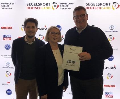 Malte Fiedler und Andreas Frintrup nehmen in Hamburg die Auszeichnung für Ausbildung des DSV von Mona Küppers entgegen