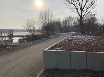 Das Bild zeigt den Südseeboulevard in der winterlichen Nachmittagssonne, rechts die Terrassenerweiterung des Vereinsgeländes, links des Weges der gefrorene See
